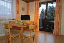 Wohnraum mit Küche und Balkon
