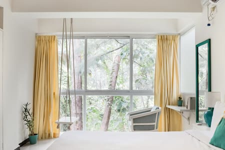 The Pop Art Suite, Art-themed Apt with Forest View & Swing