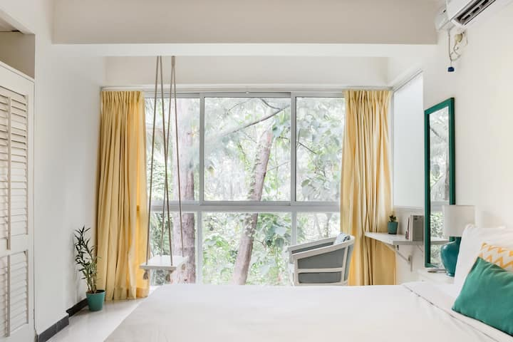 Pop Art Suite, Art Themed Apt with Forest View & Swing