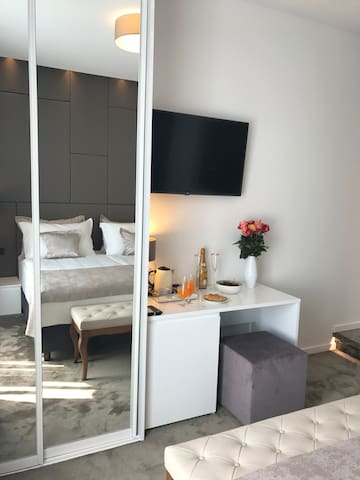 Dream Luxury Room with city view (4)
