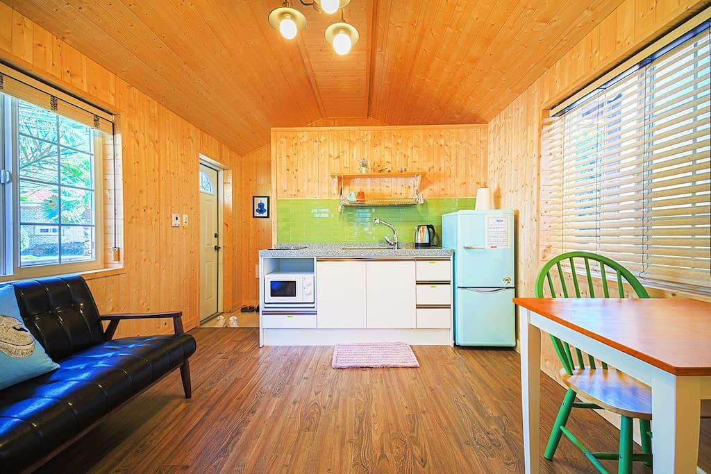 취사시설이 모두 준비된 주방, 냉장고,쇼파