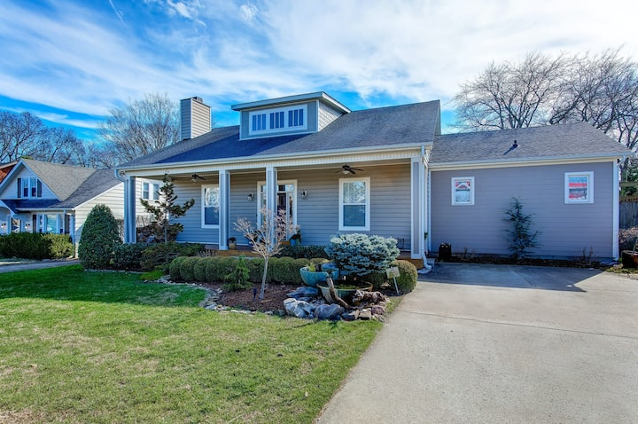 Family-friendly home w/enclosed yard, wood-burning fireplace, and great location