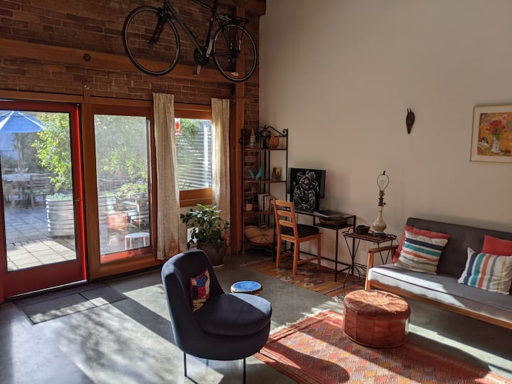 Contemporary chic 2 Bed/1.5 bath light-filled loft