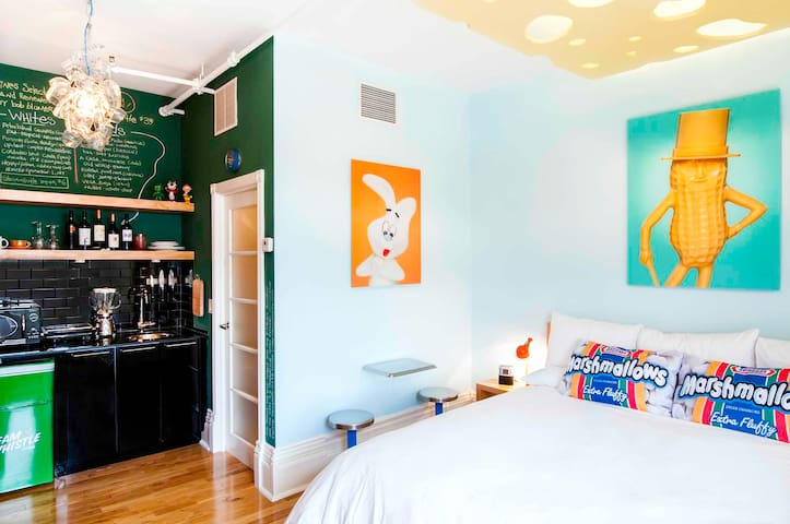 Artist Designed Guest Room at the Gladstone Hotel - Toronto - Apartment