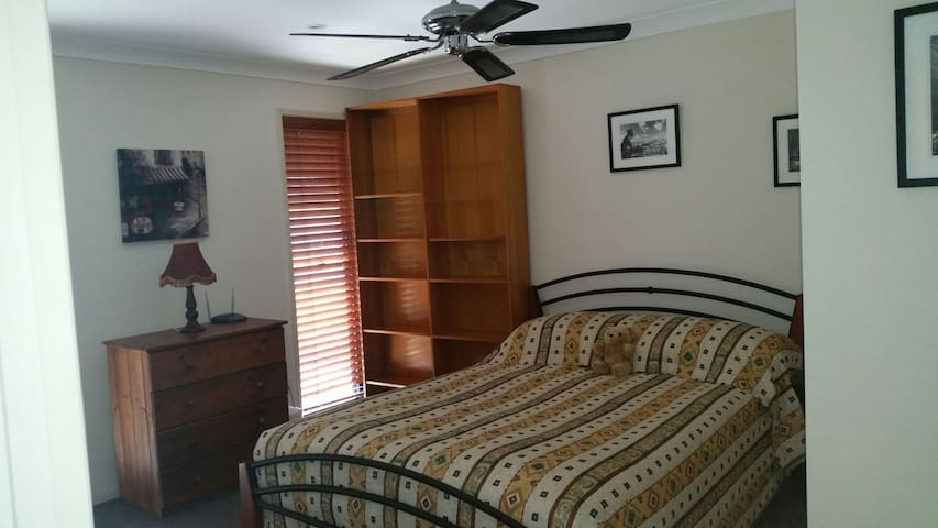 Spacious private double bedroom - Varsity Lakes - Apartment
