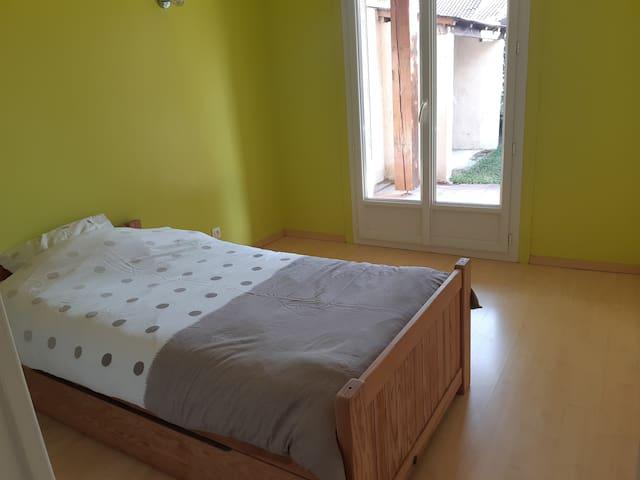 La chambre anis, plein Sud très ensoleillée en journée,  avec un lit simple 90 et un lit tiroir 90. Vue et accès direct sur le jardin