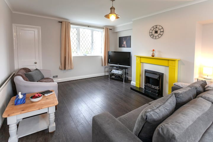 Astley : Three bedroom house in Leicester
