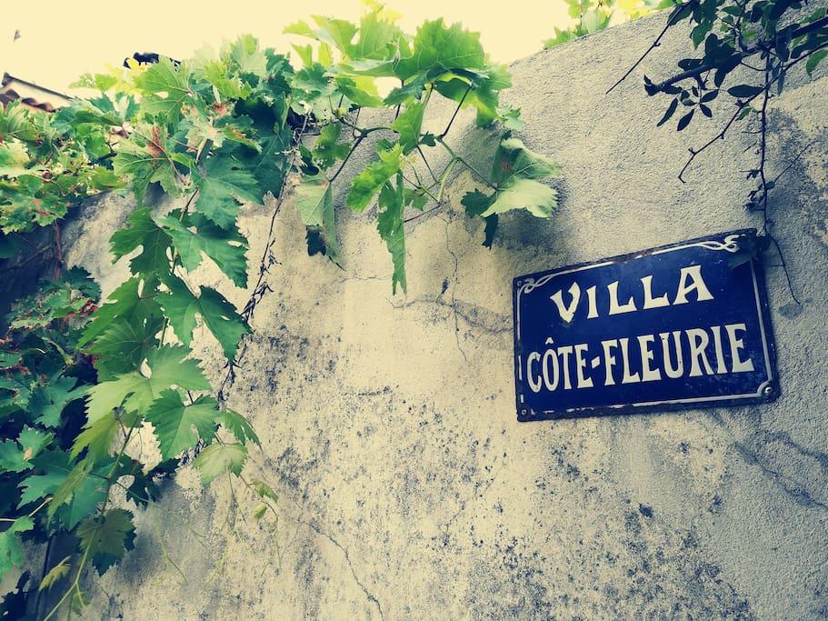 Plaque d'origine de la maison. La villa côte fleurie !