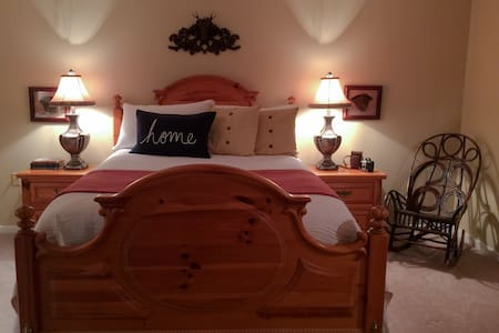 Cozy comfort! Queen bed close to town - Kondominium