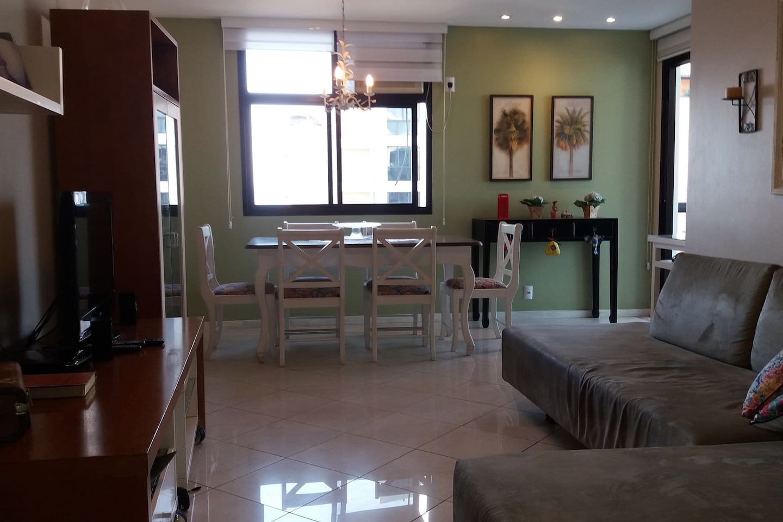 Sala de estar e sala de jantar.