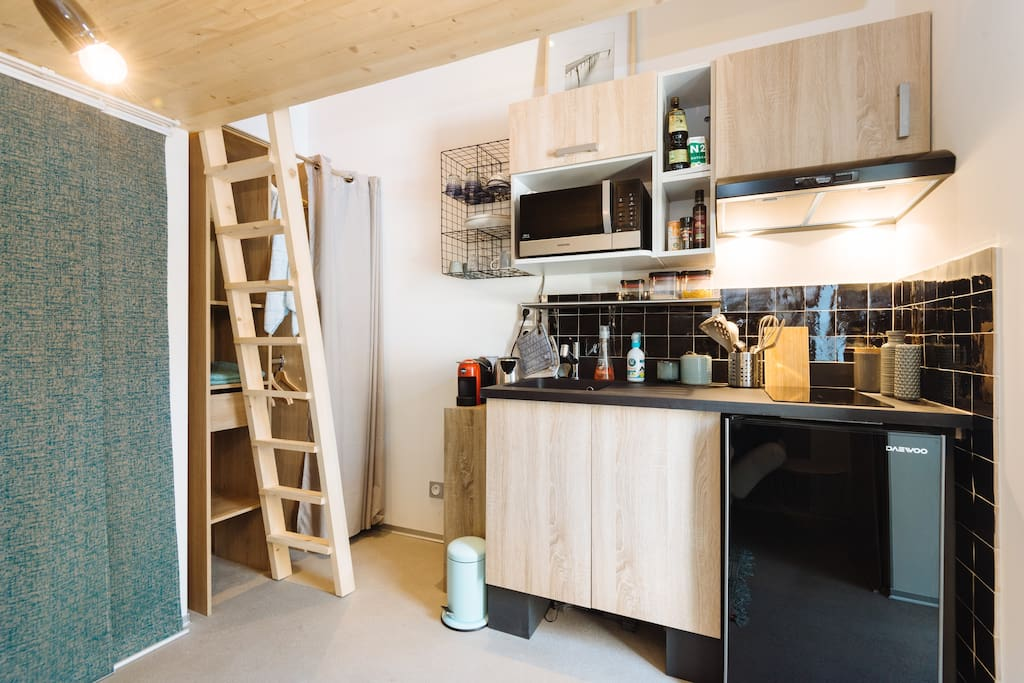 Petit mais costaud ;) Nous avons pensé notre mini-studio dans les moindres détails pour optimiser le faible espace dont nous disposions.