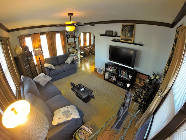 Charming Bungalow - West Allis - Apartment
