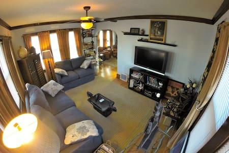 Charming Bungalow - West Allis - Lägenhet