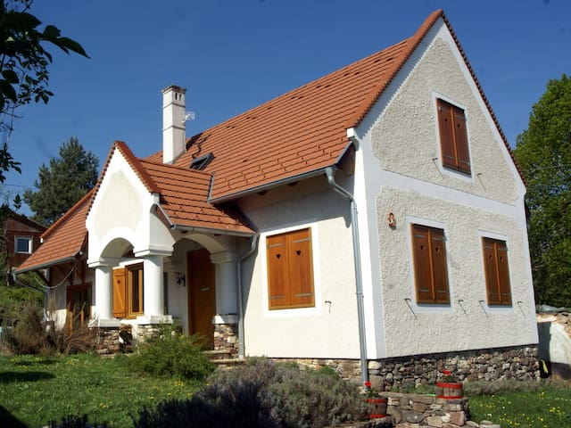 Cosy and peaceful holiday house for all 4 seasons - Balatonhenye - Casa de huéspedes