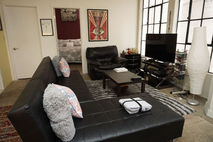 Amenity Galore Trendy Loft Center of DTLA (30+day)
