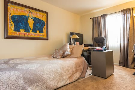 Comfy room/workspace near LAX - Condominium