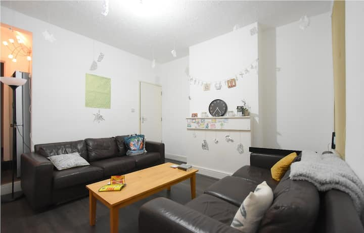 Lovely 4 Bed home close to UNI, QE, Wifi ,Parking