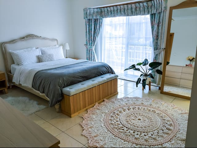 Huge bedroom private bathroom close to the Airport