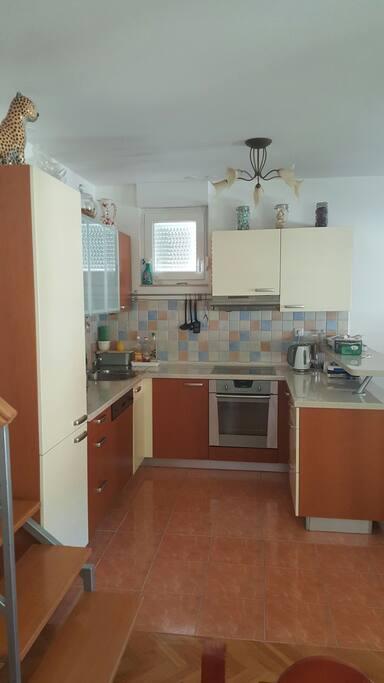 Untere Etage. Küche mit allen Spülmaschine, Kühl-/Gefrier-Kombination, Herd und Backofen, Wasserkochet, Mikrowelle etc.