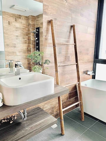 Private attached bathroom with bath tub and shower  獨立乾濕分離衛浴