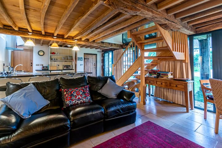 Converted barn in the Cotswolds countryside. Dog friendly and self check in available.