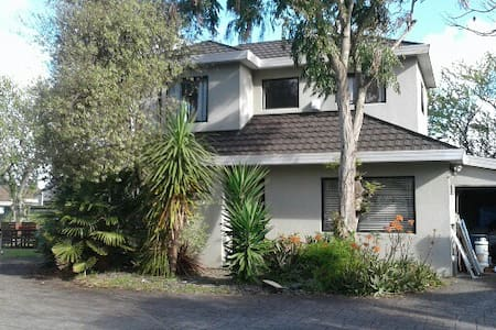 Newly decorated 3 bedroom family home - Auckland