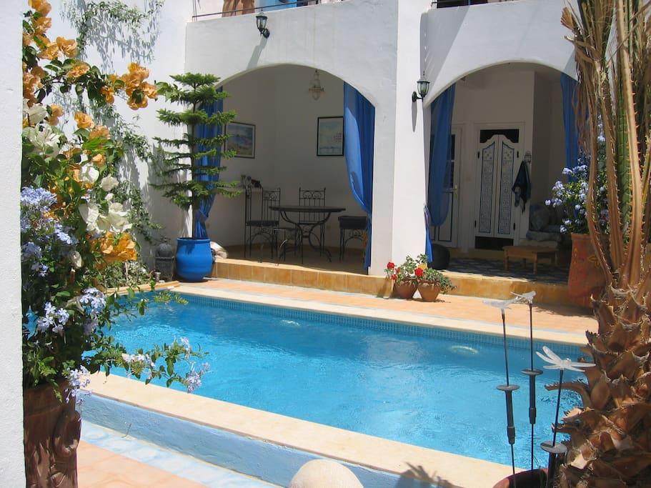 côté piscine avec salon