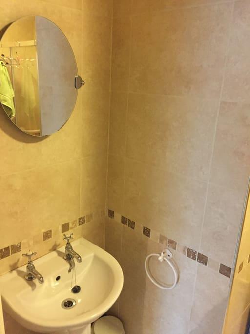 Single En Suite Bathroom
