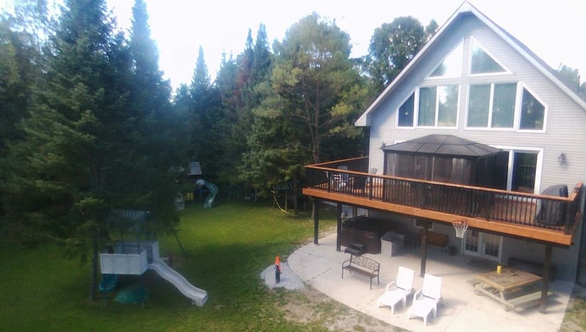 Modern 4 Season Waterview Cottage - Waubaushene - บ้าน