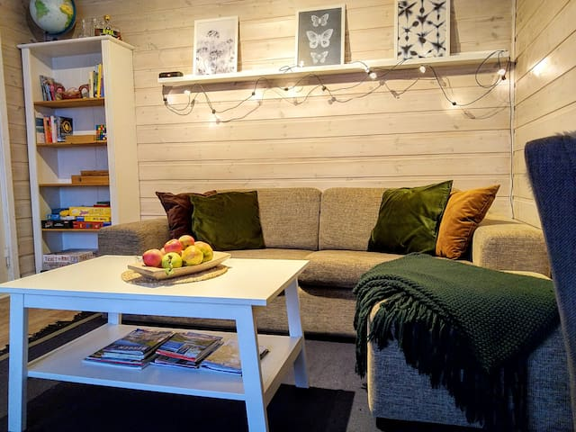 Livingroom with games and books for guests to enjoy.