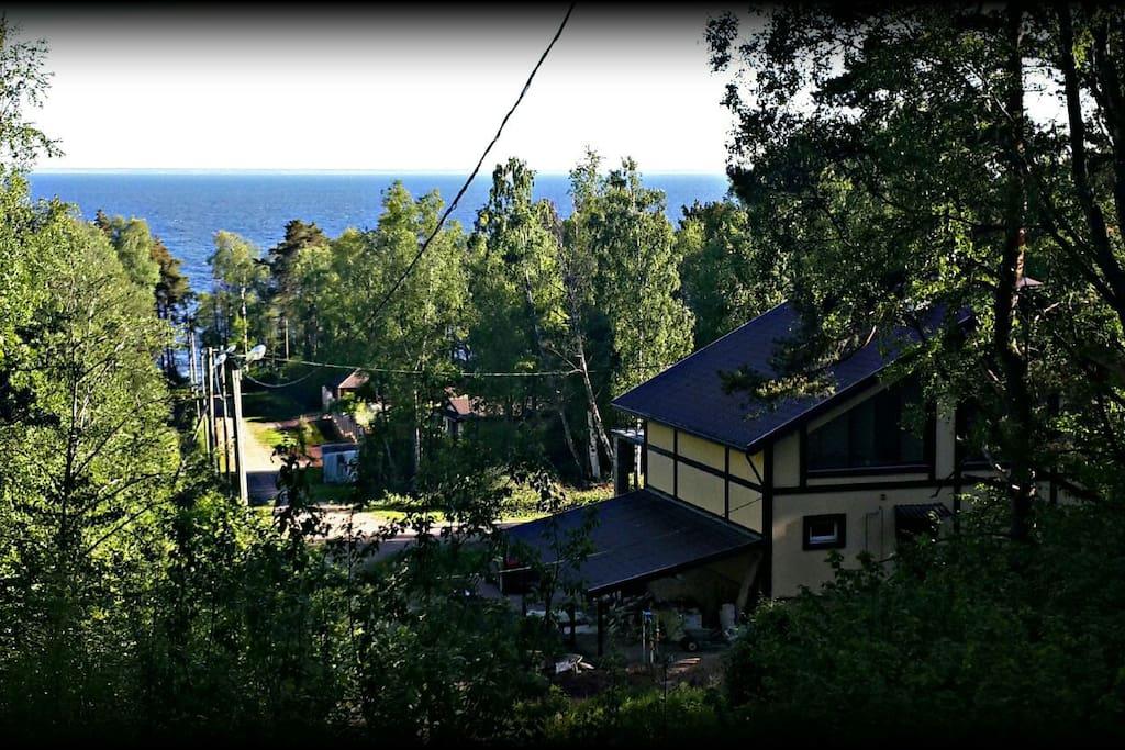 Вид на залив и дом с горки