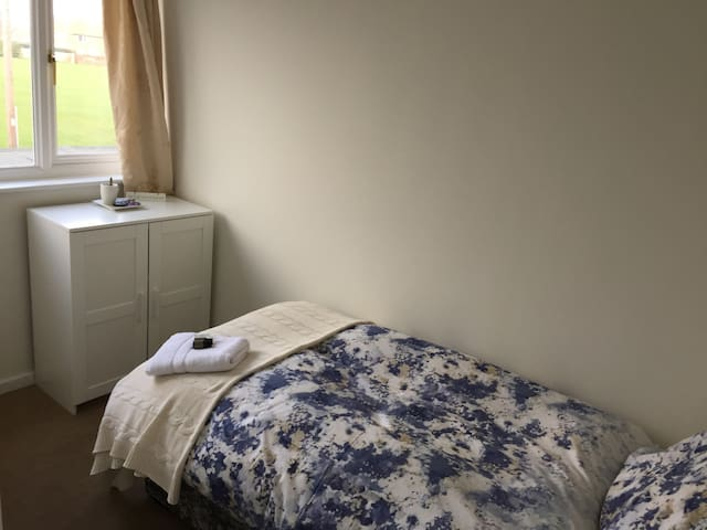 Single bed in newly renovated modern house - North Shields - Casa