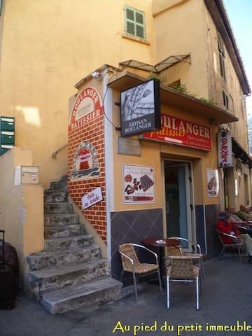 accès appartement, escalier à gauche de la boulangerie
