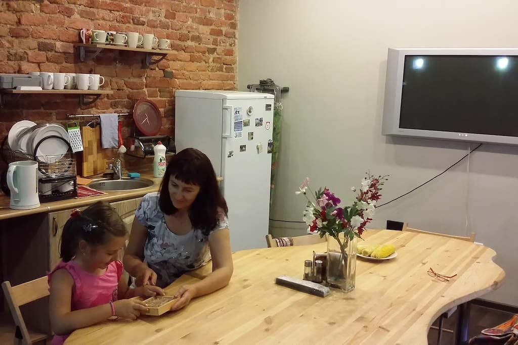 Кухня: большой стол, разнообразные настольные игры для досуга детей.