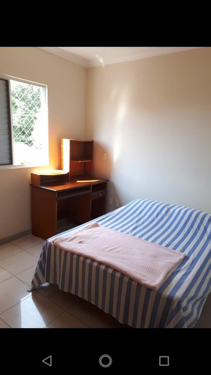 Quarto individual mobiliado com banheiro privado