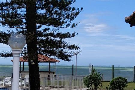 Chalé com piscina na praia  e 2 suítes