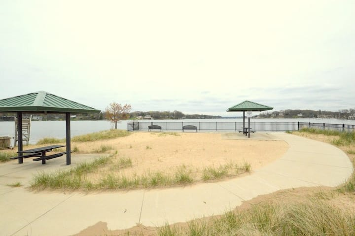 Lake Retreat is only 200 yards to Spring Lake Public beach!