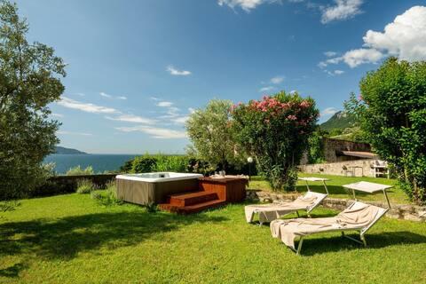Villa Limonaia -private beach,Jacuzzi and big lawn