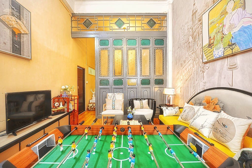 客厅(传统的西关满洲窗分隔客厅与第一个卧室)