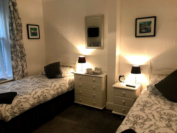 Twin ensuite room in a Bed and Breakfast, Looe.