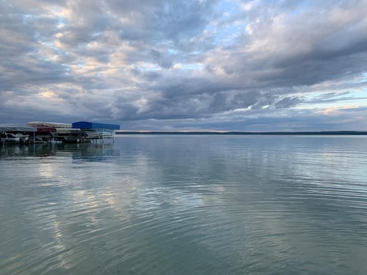 Peaceful and clean  Higgins Lake Home w/dock use