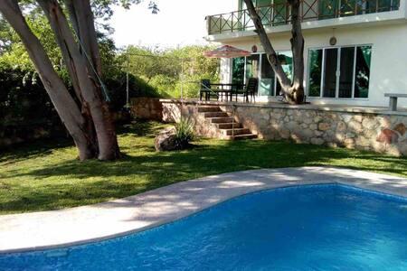 Casa La Parota, alberca y vista al Lago