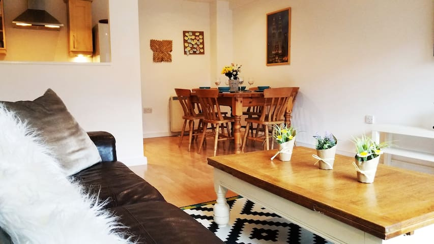 Heart of Liverpool, 2 bed apt with free parking!