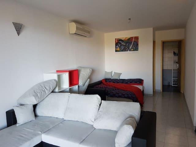 Coin télé avec possibilité de transformer le deuxième canapé aussi en lit 140X200 avec sur-matelas