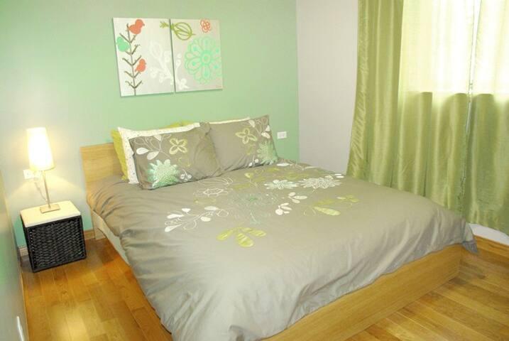 Chambre au rez-de-chaussé avec lit queen