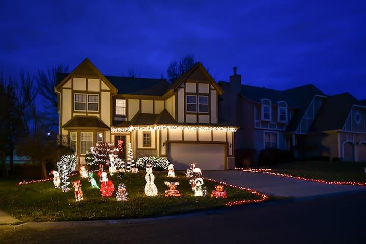 Beautiful Home in Quiet Overland Park Neigborhood