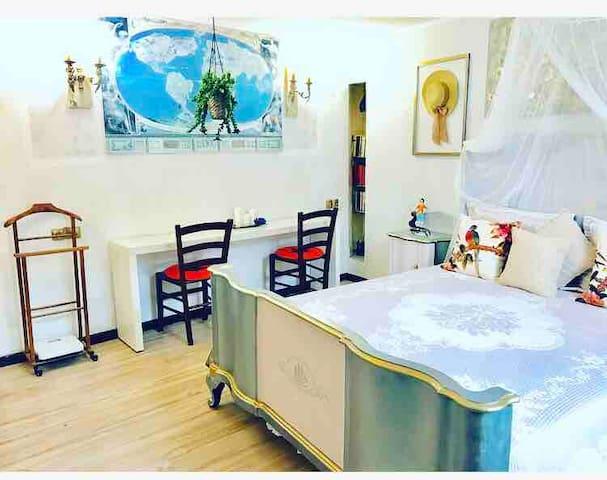 Camera da letto matrimoniale , scrivania ,piano di lavoro ,Wi-Fi gratuito