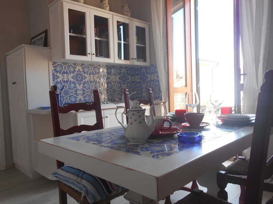 Cucina con porta finestra e terrazzo