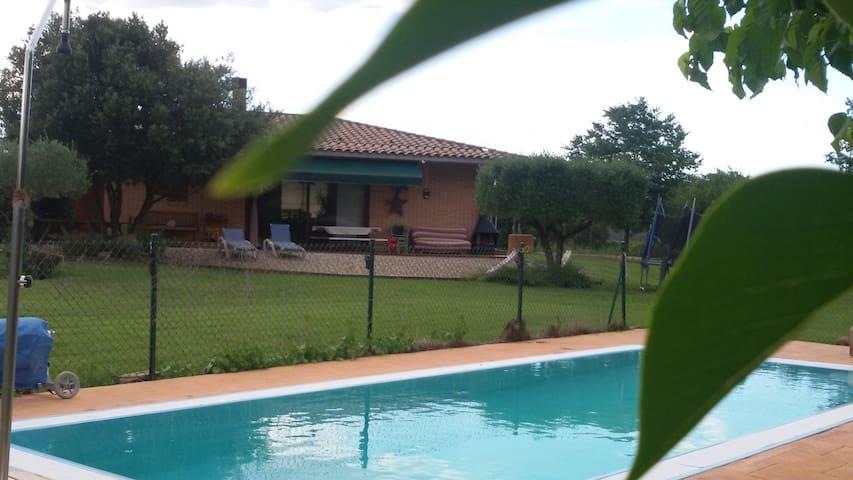 Casa amb piscina, tranquila i molt bones vistes