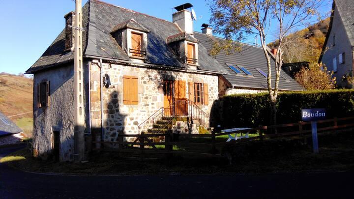 Belle maison ancienne cantalienne de montagne
